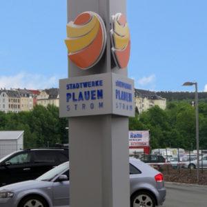 Werbepylon-3Seiten-Stadtwerke-Strom-Plauen-Konstrukta-Werbetechnik