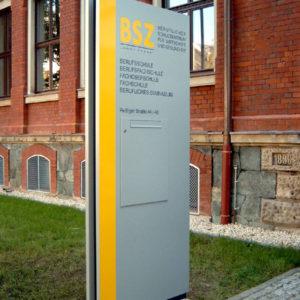 Werbepylon-Eingang-BSZ-Plauen-Konstrukta-Werbetechnik