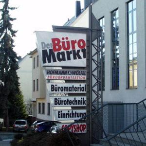 Werbepylon-Mastkonstruktion-Buero-Markt-Hofmann-Woelfel-Konstrukta-Werbetechnik