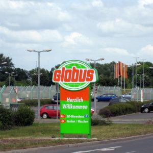 Werbepylone-Straße-Parkplatz-Globus-Erfurt-Konstrukta-Werbetechnik-