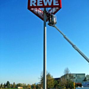 Werbeturm-REWE-3seitig-Mast15m-Konstrukta-Werbetechnik