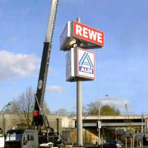 Werbeturm-Rewe-Aldi-Konstrukta-Werbetechnik