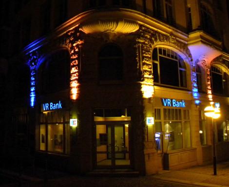 Fassadenbeleuchtung-Lichtanlage-VR-Bank-Plauen-Konstrukta-Werbetechnik-470x384px