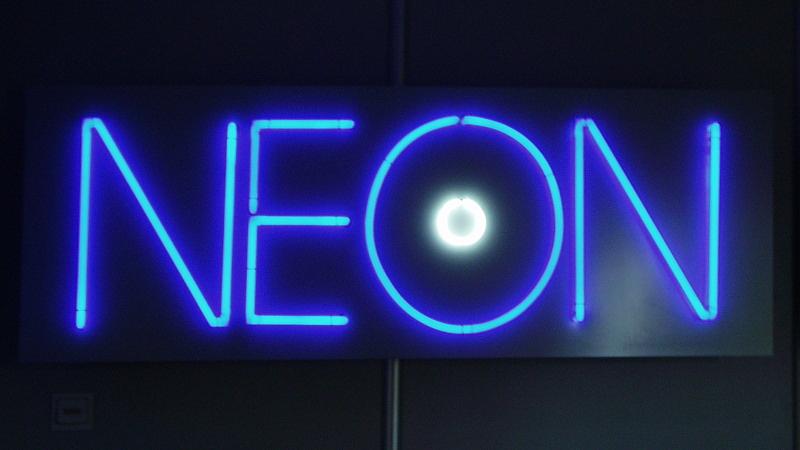 Lichttechnik-Leuchtröhre-Neon-geformt-Konstrukta-Werbetechnik-800x450px.